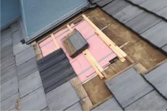 防水紙の上にモニエル瓦を敷設