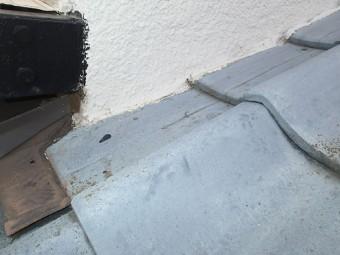 瓦が外壁に直付けされている