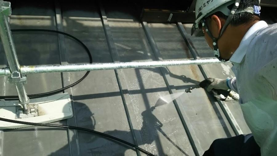 藤岡市で金属屋根の塗装を行いました。