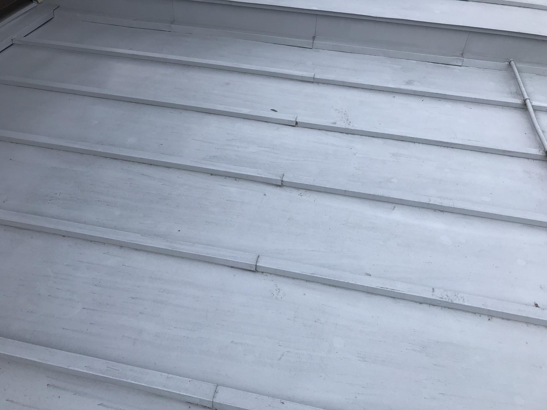 高崎市上小鳥町金属屋根の塗装が剥がれてきた・・・
