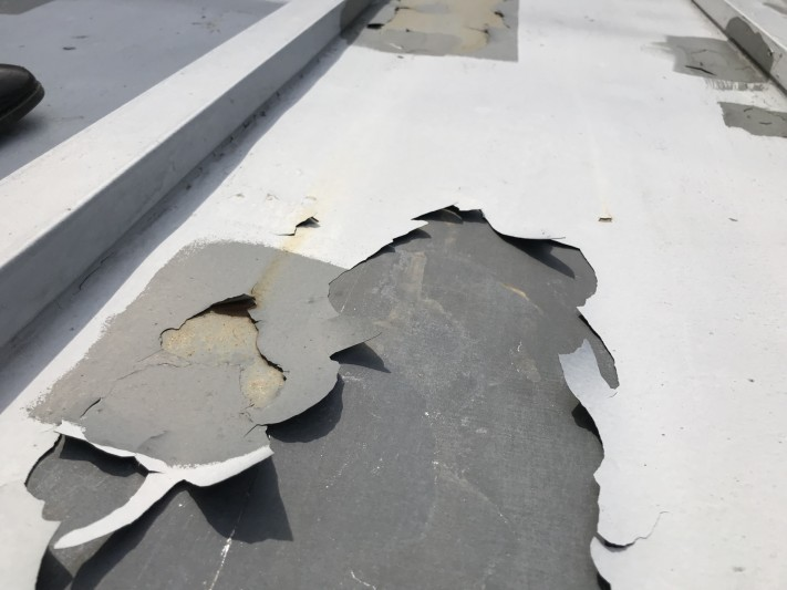剥離した金属屋根