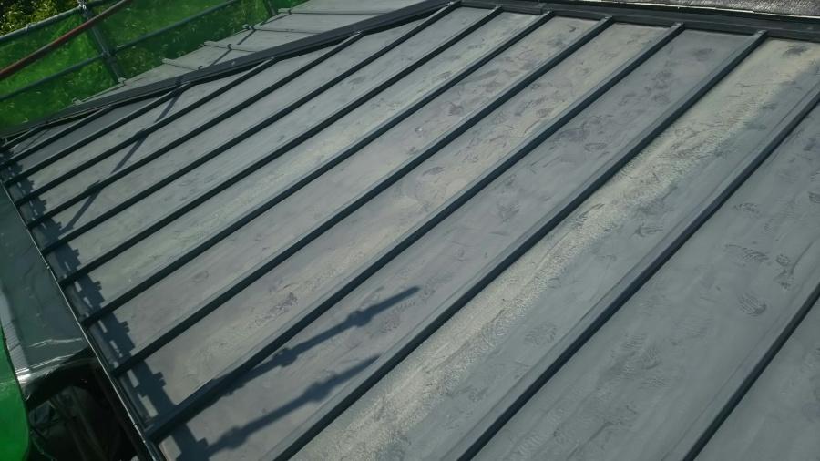 渋川市で瓦棒の鉄板屋根の塗装工事完了!お困りの色褪せも解消しました