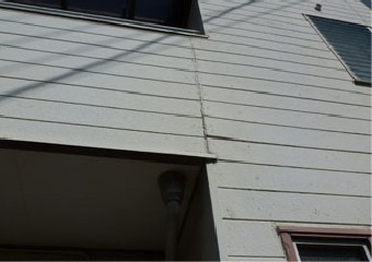 繋ぎ目部分のサイディングが変形し浮きが出ている外壁