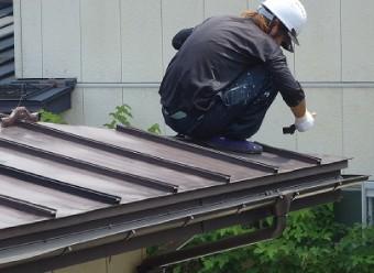 の縦方向の桟のことを瓦棒と呼ぶので瓦棒屋根と呼ばれています